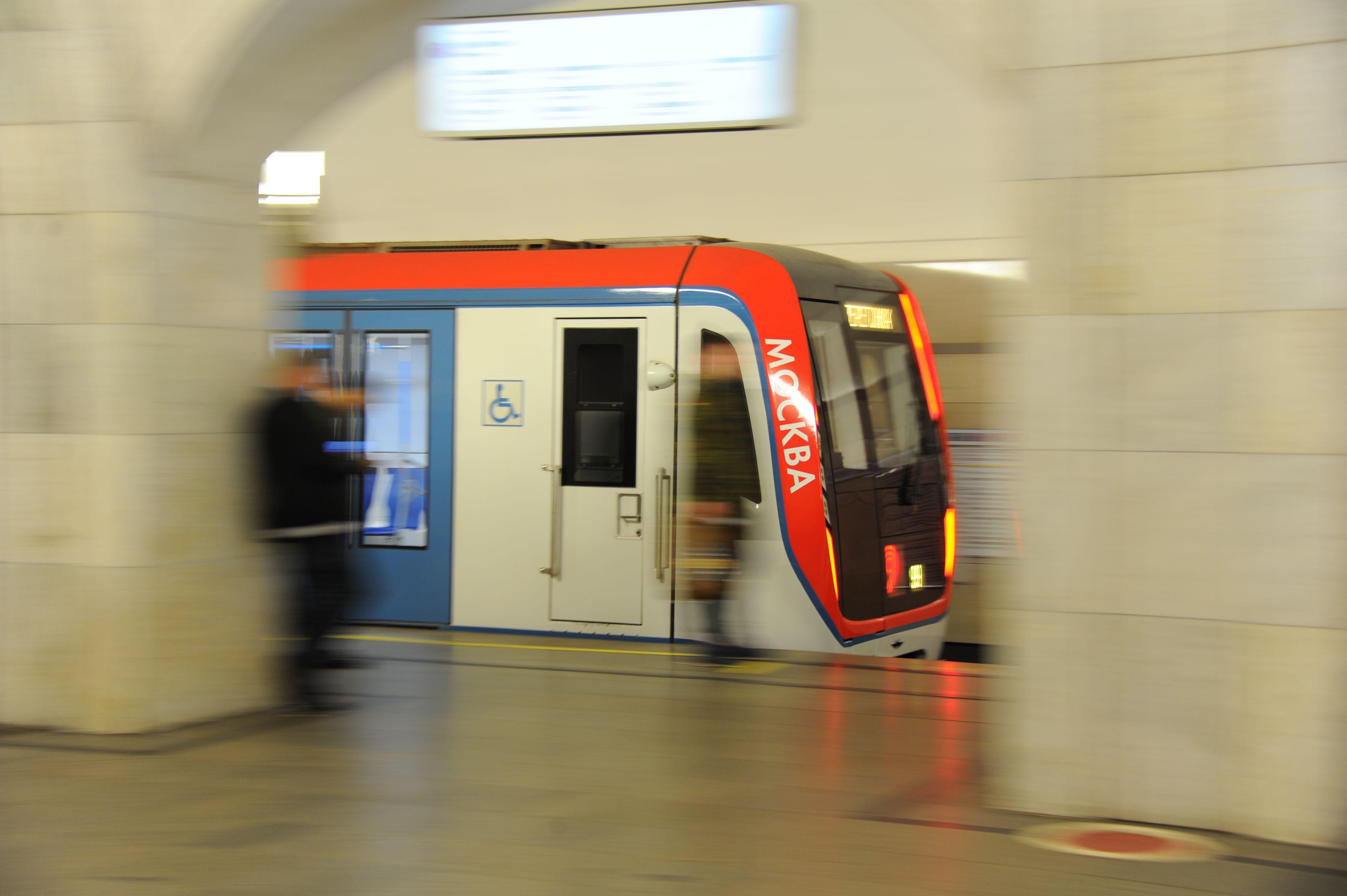 Метро Москвы восстановило движение после падения пассажира на юге красной линии