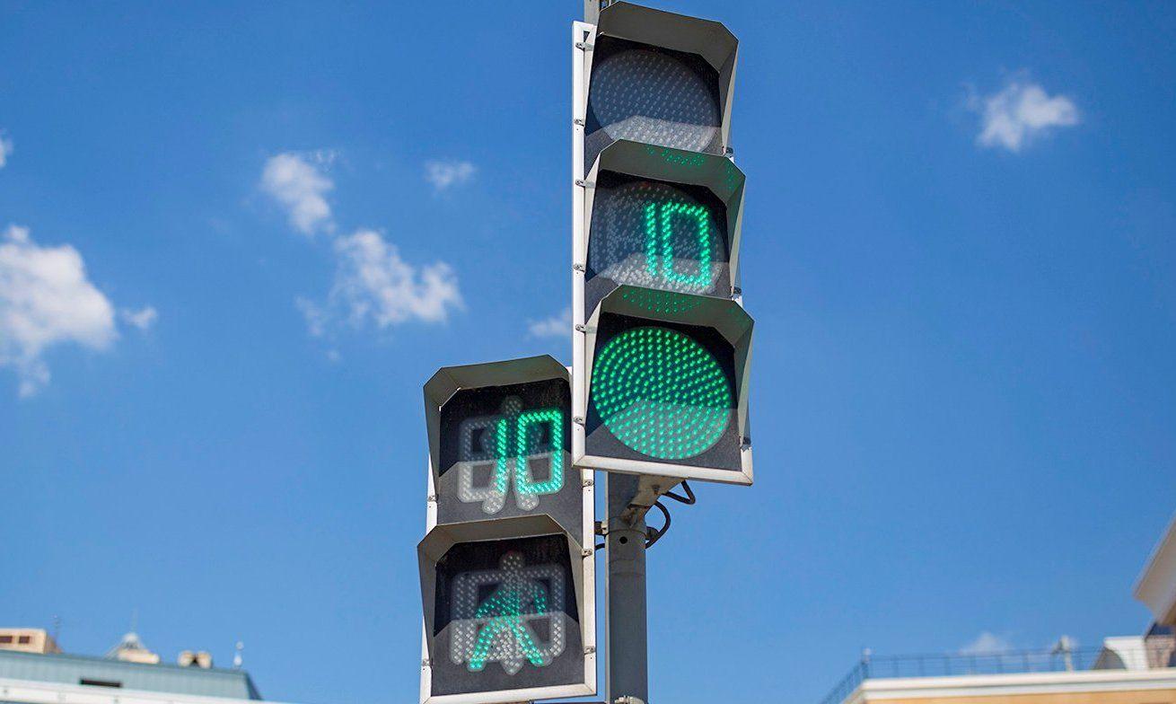 Зеленый сигнал светофора продлили для пешеходов в Нагорном районе