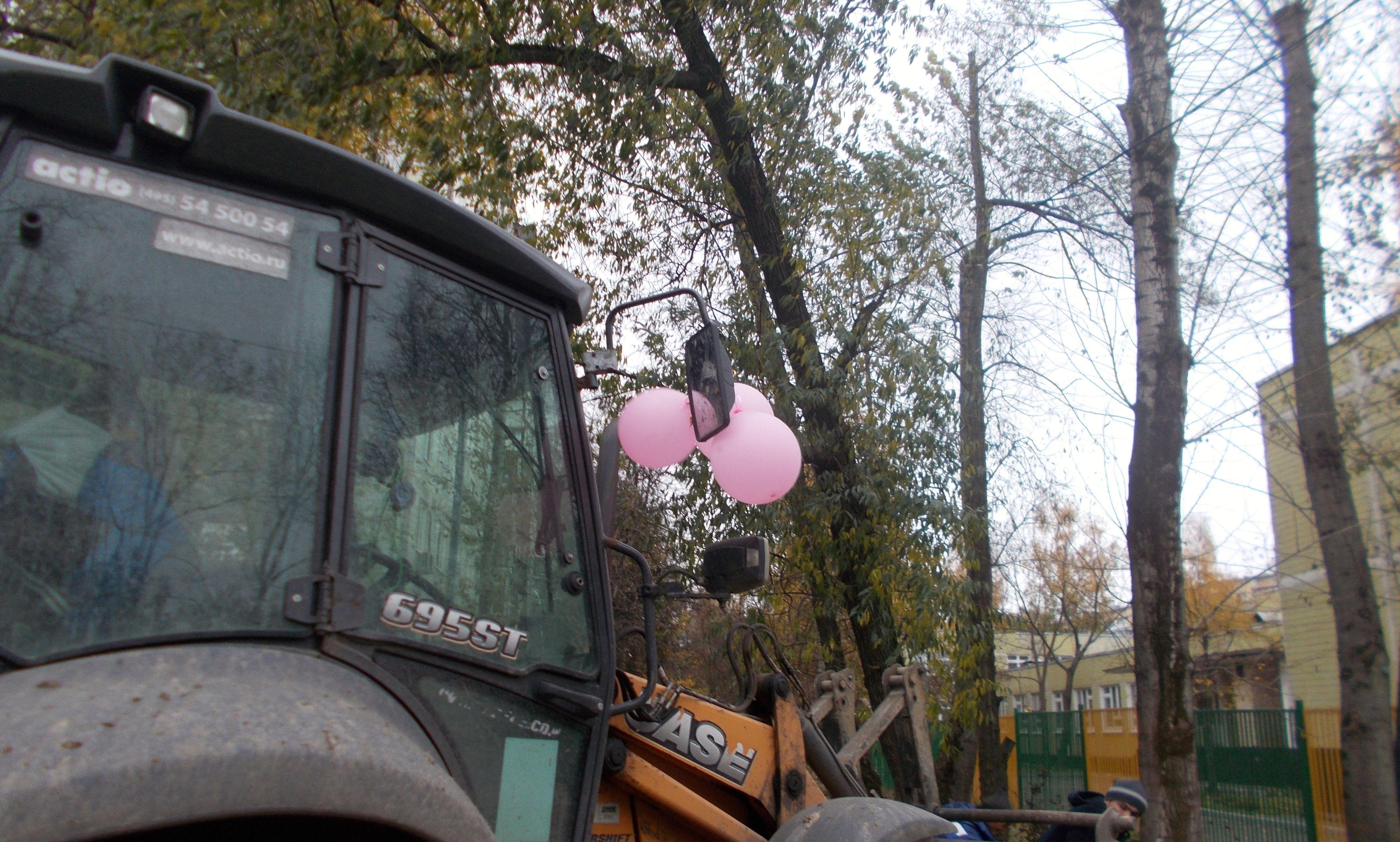 Немного позитива: народный корреспондент поделилась фотографией экскаватора с шариками