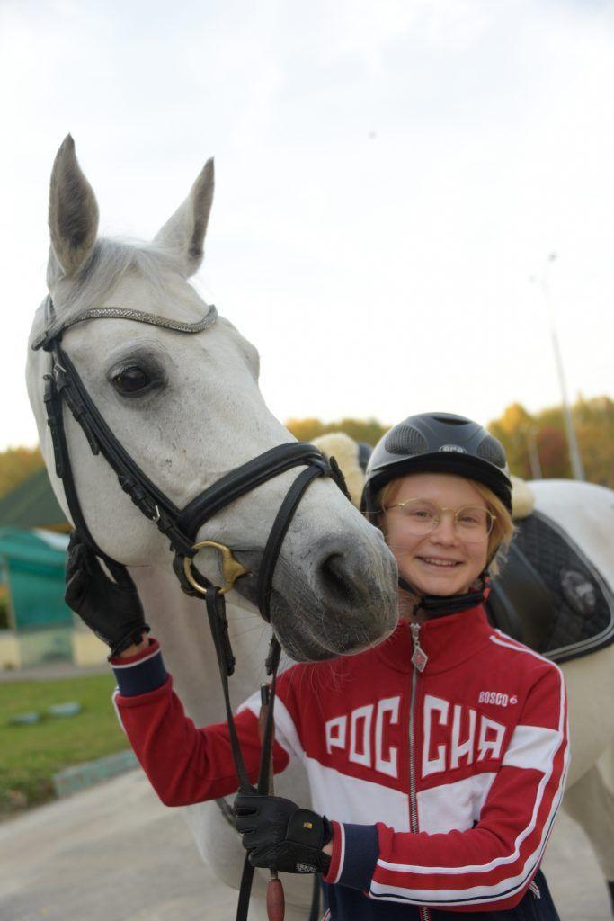 Воспитанница конноспортивного клуба «Битца» Лиза Плещева с лошадью по кличке Цензура. Фото: Пелагия Замятина