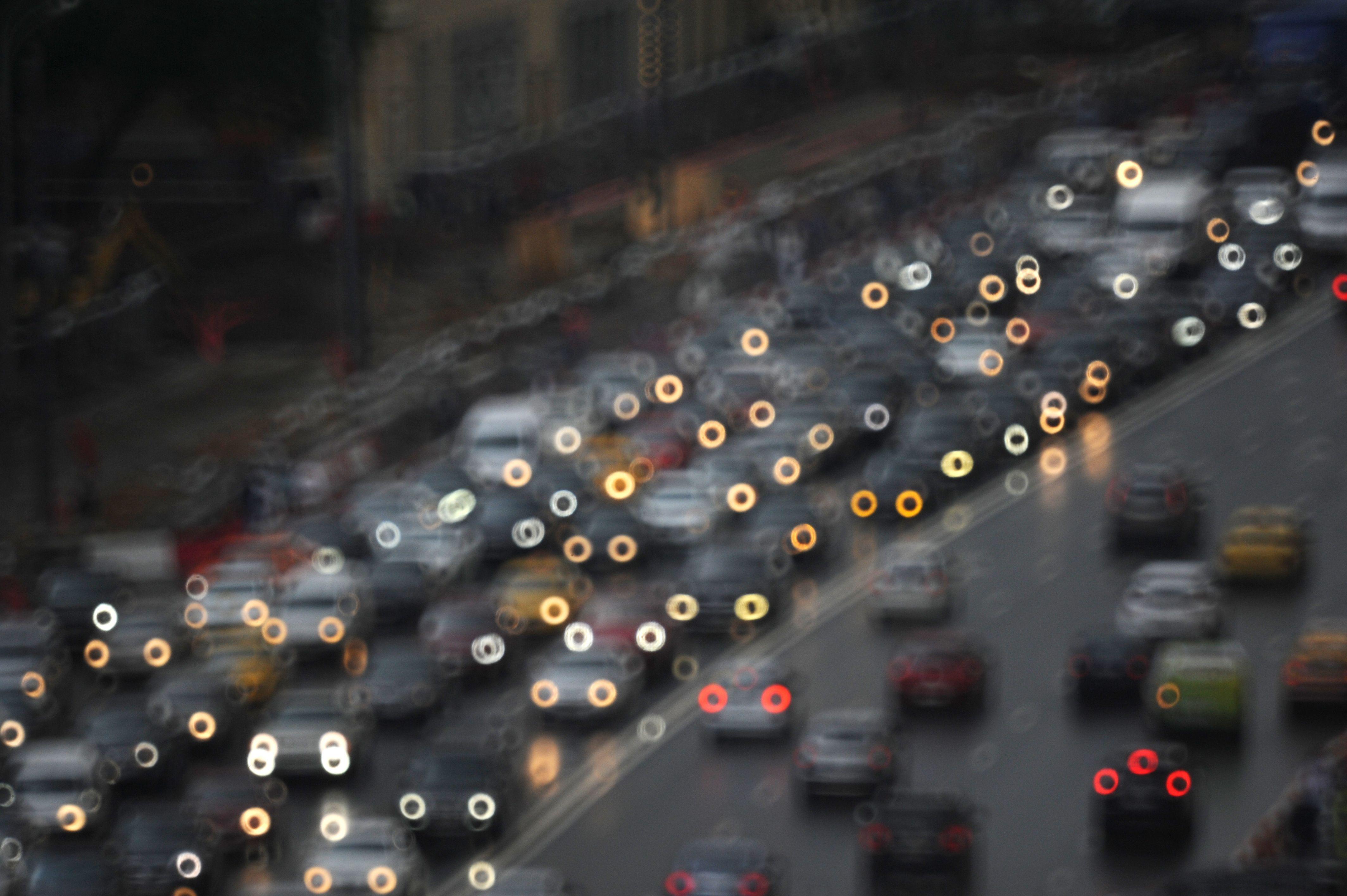 Водителям посоветовали покидать Москву после 20:00 из-за дождей и пробок