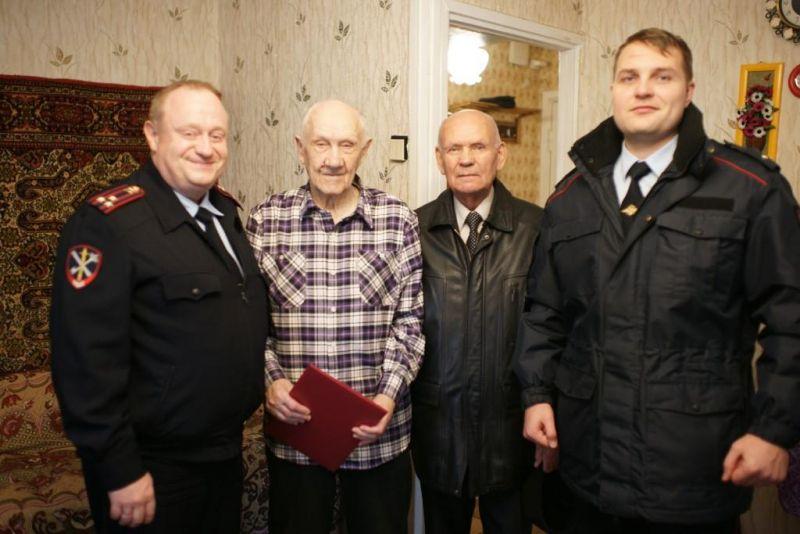 Полицейские УВД по ЮАО поздравили ветерана