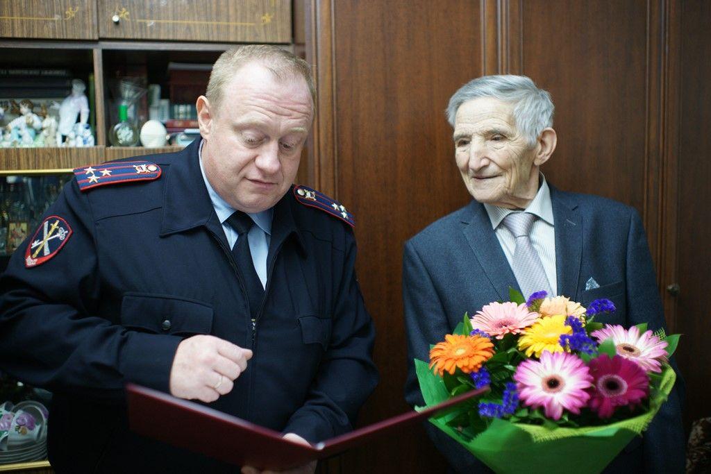 Сотрудники УВД по ЮАО поздравили с днем рождения ветерана Великой Отечественной войны