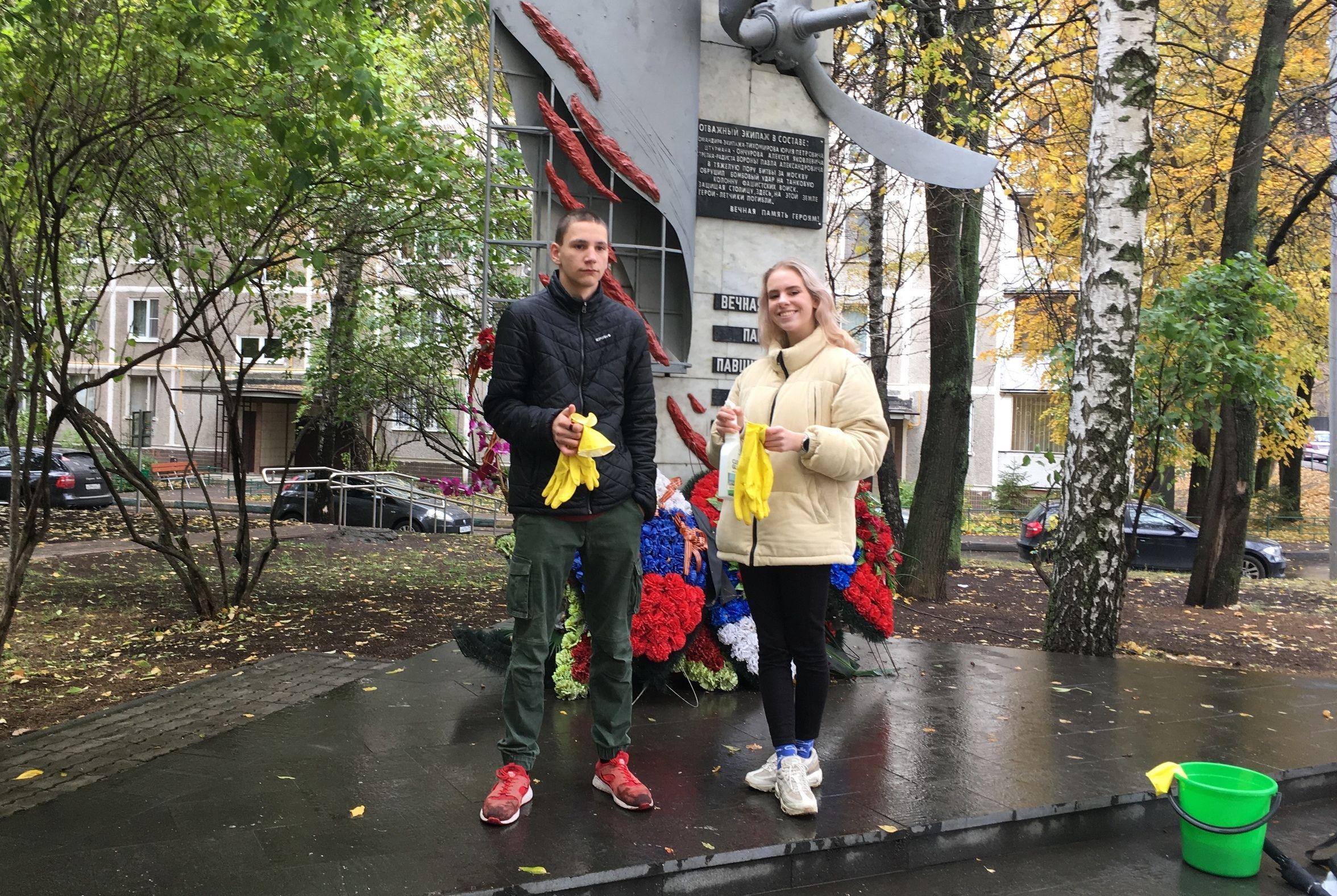 Молодые парламентарии привели в порядок памятник в Чертанове Северном
