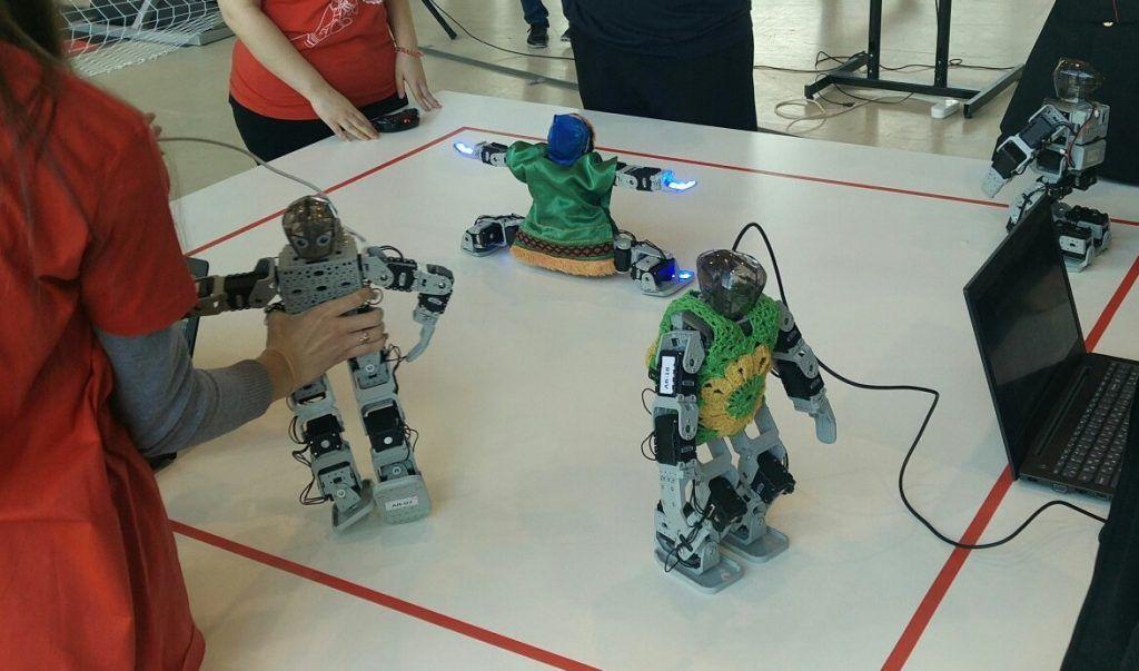 Танцующие человекоподобные роботы. Фото предоставил руководитель клуба «Мой робот» Сергей Кушков