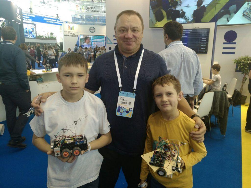 Сергей Кушков со своими учениками. Фото предоставил руководитель клуба «Мой робот» Сергей Кушков