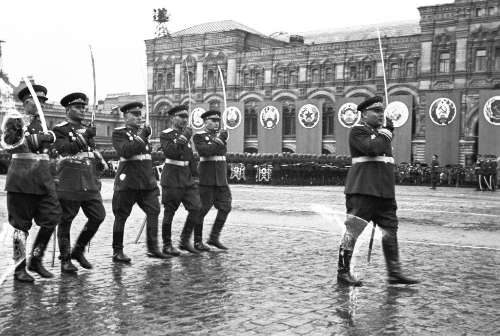 24 июня 1945 года.Маршал Родион Малиновский (справа) и командующие войсками 2-го Украинского фронта на Параде Победы. Фото: Сергей Ласкутов/РИА Новости