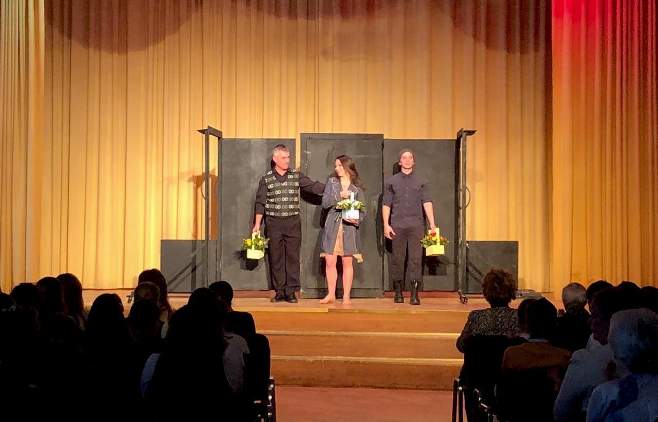 Актеры «Театриума на Серпуховке» представили спектакль на сцене школы №1582
