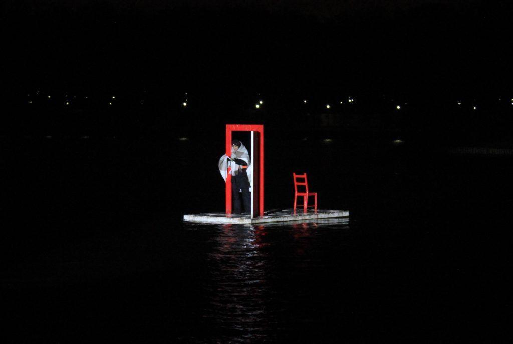 Актер Иван Горячев читает «Маленького принца» с арт-объекта «Выход». Фото: Мария Канина