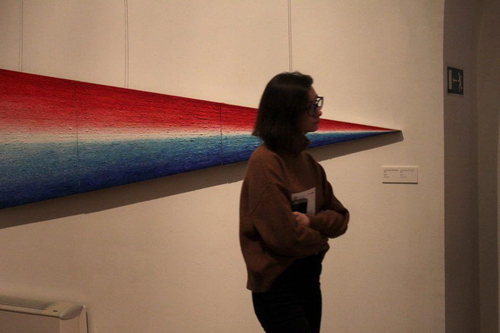 Девушка с интересом рассматривает экспонаты выставки. Фото: Мария Канина