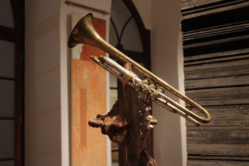 Инсталляция, представленная на выставке «Желтый звук». Фото: Мария Канина