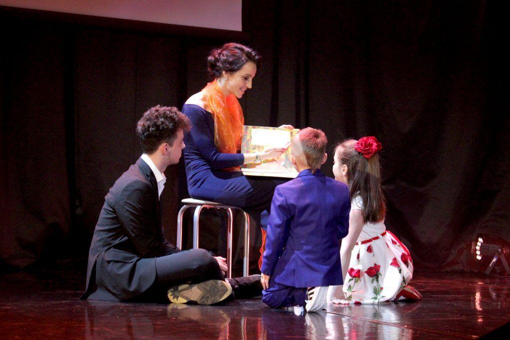 Татьяна Фролова рассказывает детям о путешествиях. Фото: Мария Канина