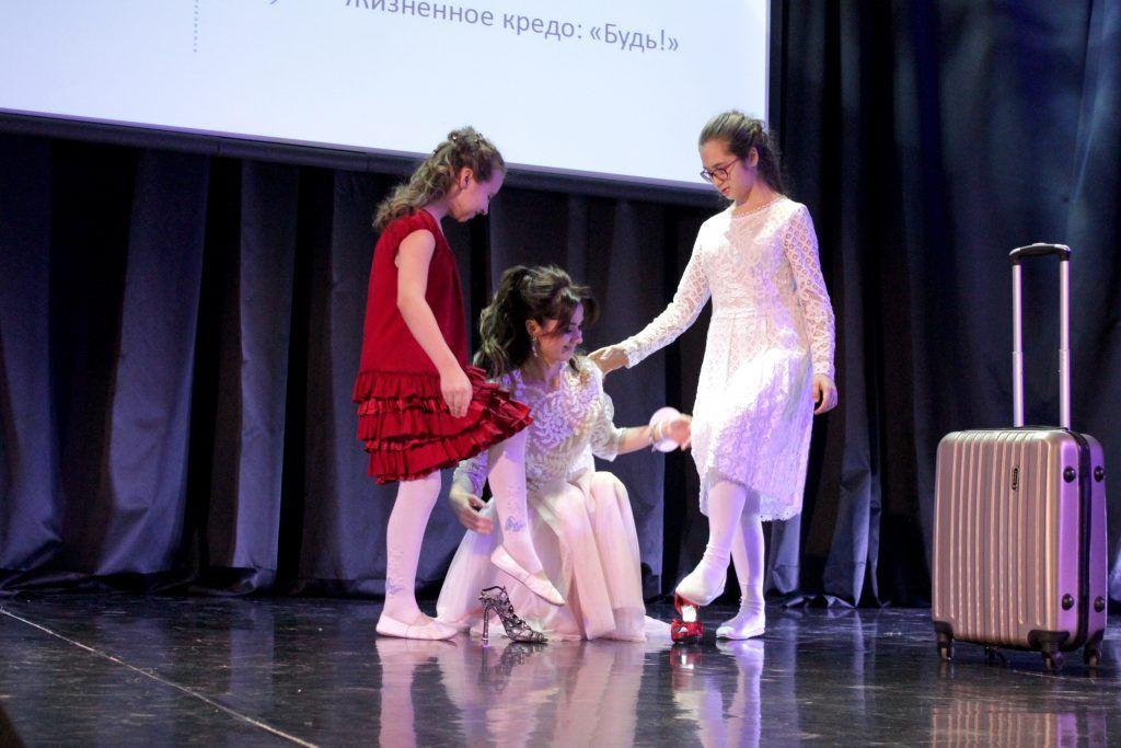 Золушка Анна Решетникова помогает дочкам выбрать туфли. Фото: Мария Канина