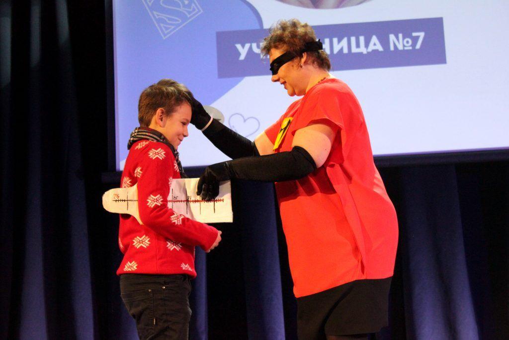 Супергерой Светлана Мирошникова проверяет, не заболел ли сын. Фото: Мария Канина