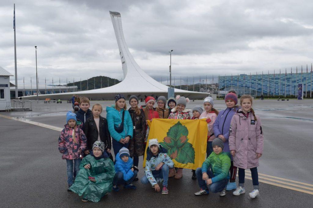 Юные актеры на фоне олимпийских объектов на фестивале в Сочи. Фото предоставила режиссер школы искусств «Родник» Марина Жукова