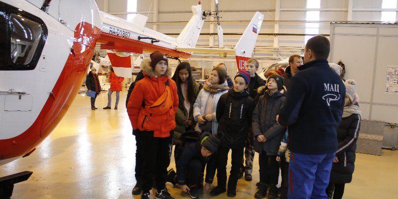 Растим кадры смолоду: пилоты и спасатели Московского авиацентра провели экскурсию на аэродроме Остафьево. Фото: пресс-служба пресс-служба ГОЧСиПБ