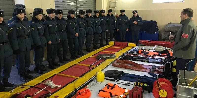 Водные спасатели провели занятия со слушателями Академии государственной противопожарной службы МЧС России