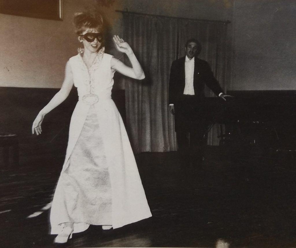 1975 год. Янина Когут выступает на дипломном концерте в театральном училище. Фото из личного архива