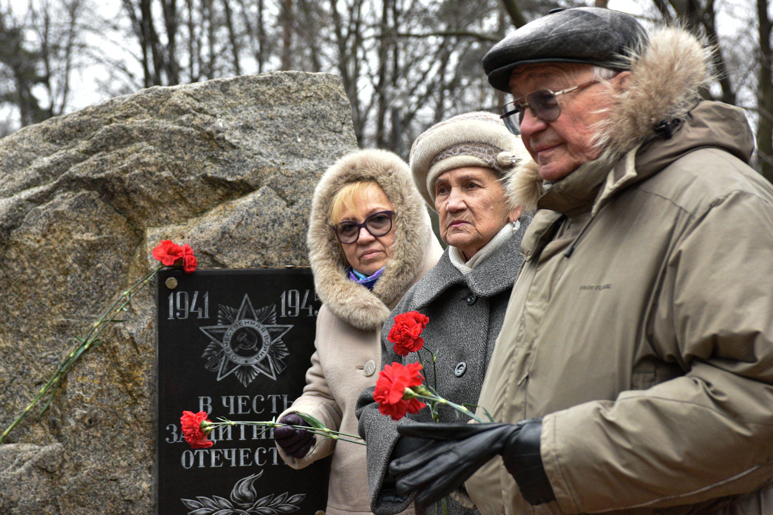 Ветераны возложили цветы к памятному камню