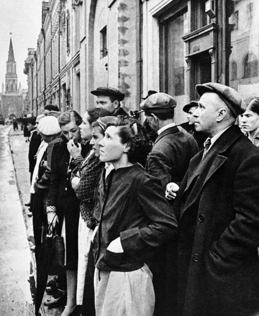 22 июня 1941 года. Москвичи слушают объявление о нападении германской армии на Советский Союз. Фото: Евгений Халдей/ТАСС