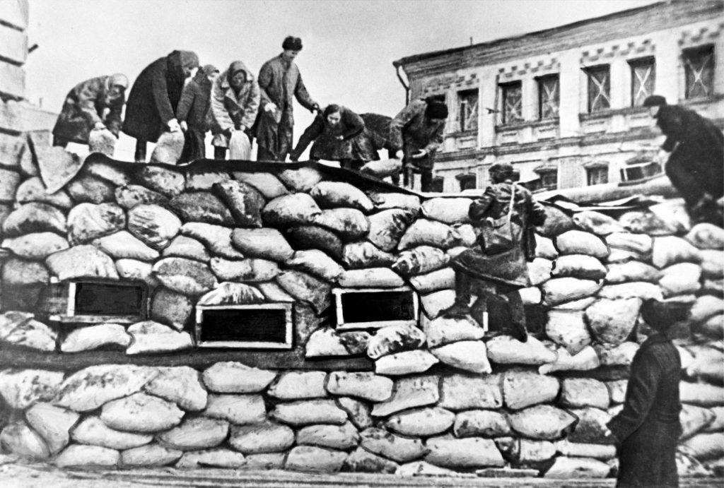 21 октября 1941 года. Мирные жители строят баррикады. Фото: ТАСС