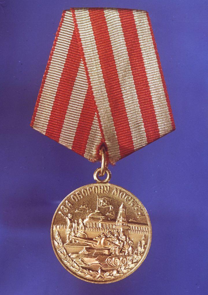 Прасковья Никитина награждена медалью «За оборону Москвы». Фото: Виктор Янков/ТАСС