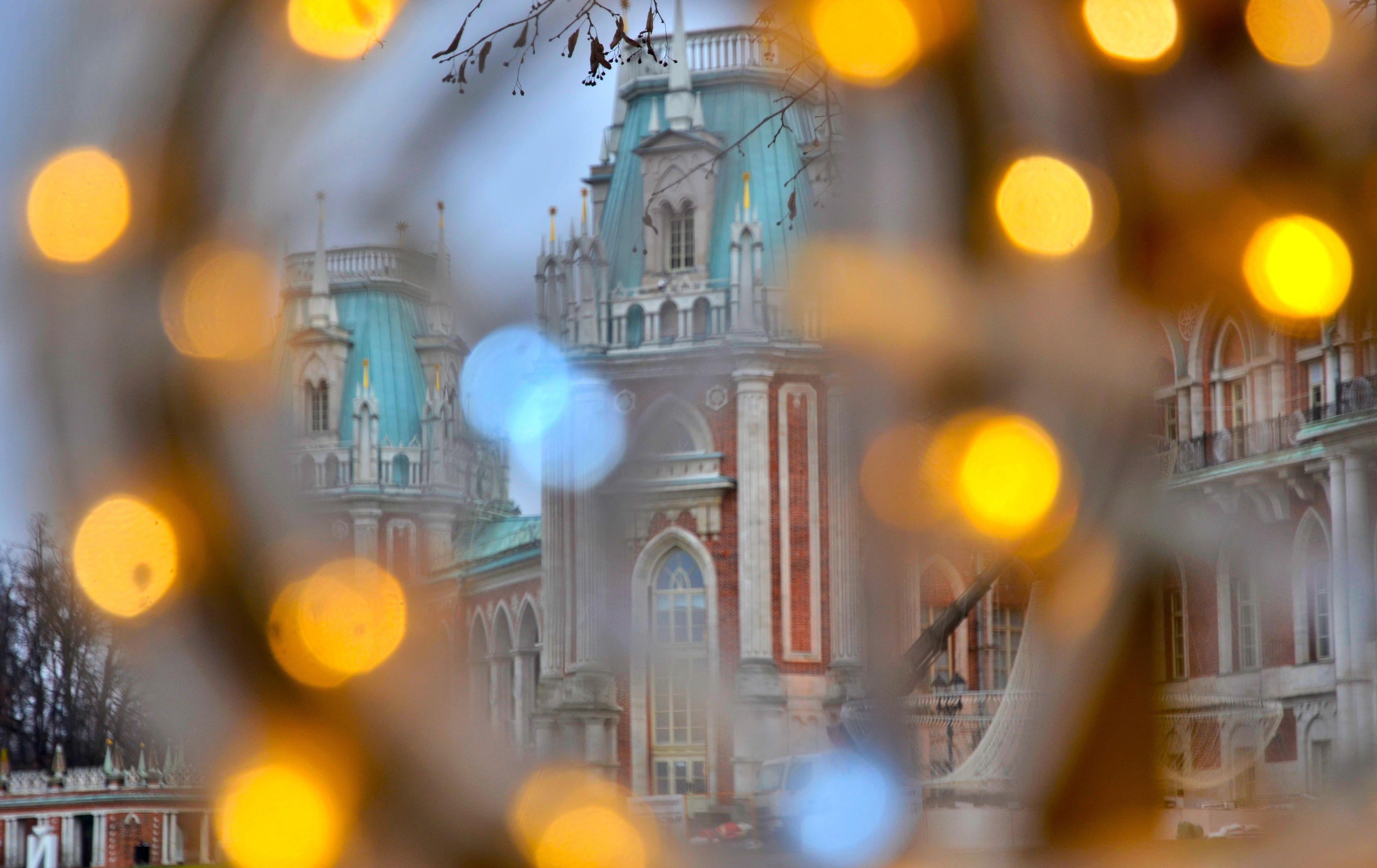 Яркие огни и инсталляции украсили музей-заповедник «Царицыно»