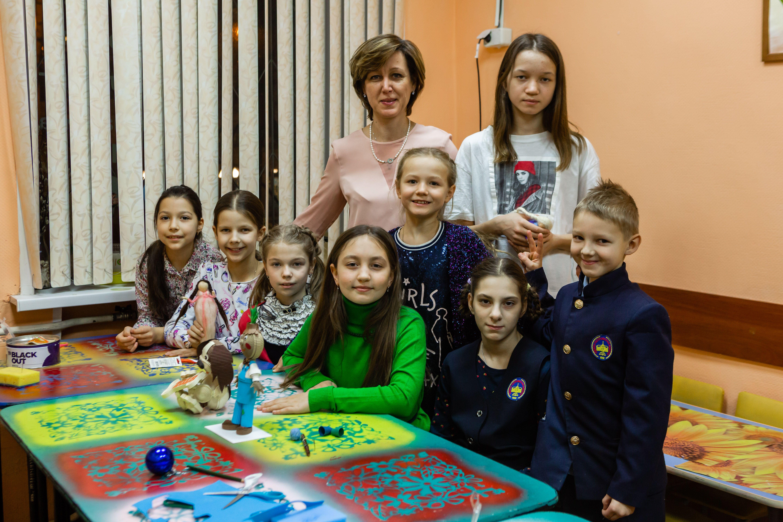 Дети учатся мастерить ангелов и фей