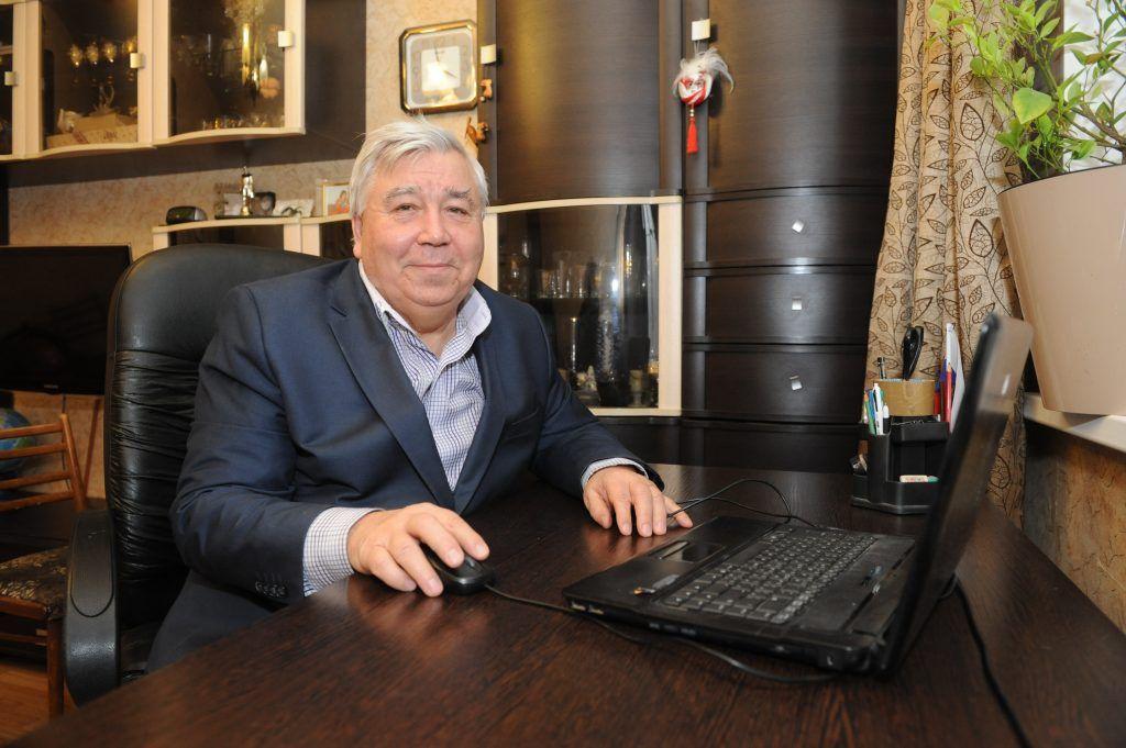 Геннадий Яковлев за своим рабочим столом. Фото: Игорь Генералов