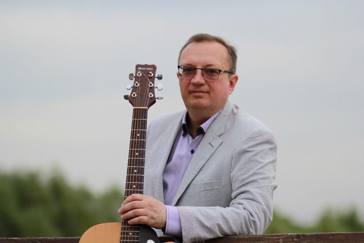 В репертуаре барда Юрия Былинкина более 500 песен. Он выступает в столичных клубах, ТЦСО, библиотеках и ресторанах. Фото: из личного архива Юрия Былинкина