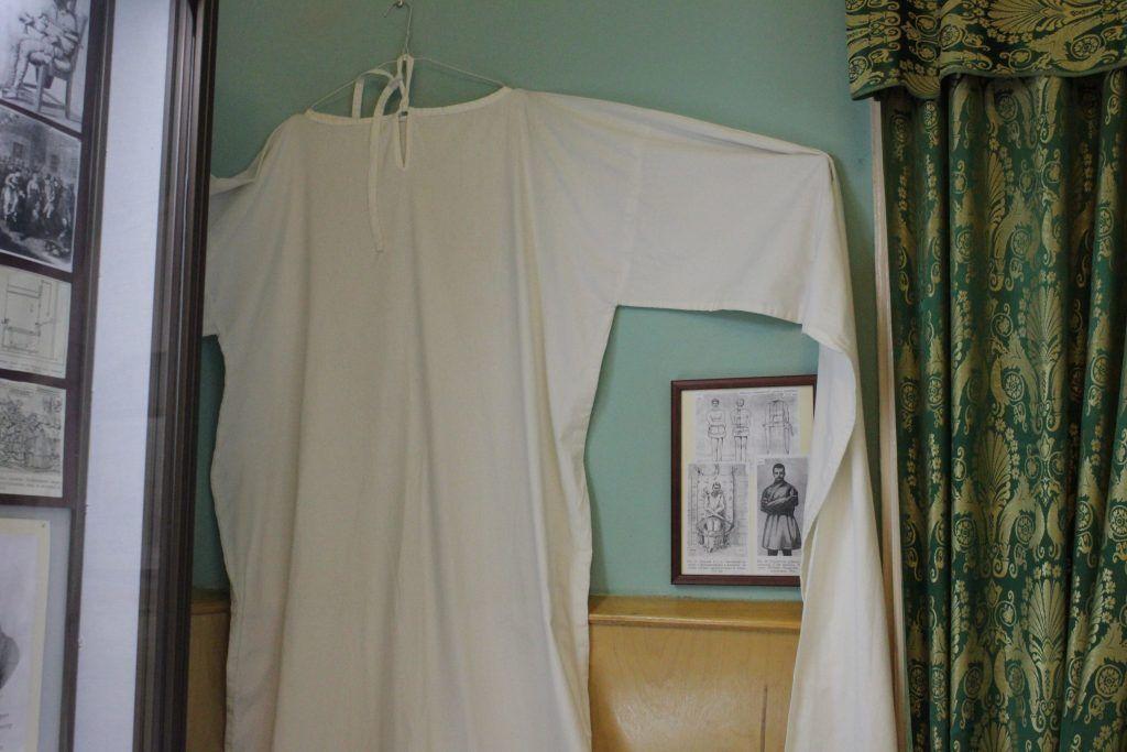 Образец смирительной рубашки, сшитой специально для музея. Фото: Мария Канина