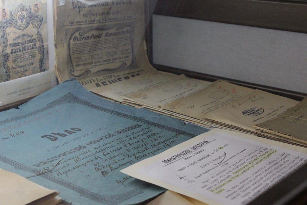 В музее представлено много научных трудов и архивных документов. Фото: Мария Канина