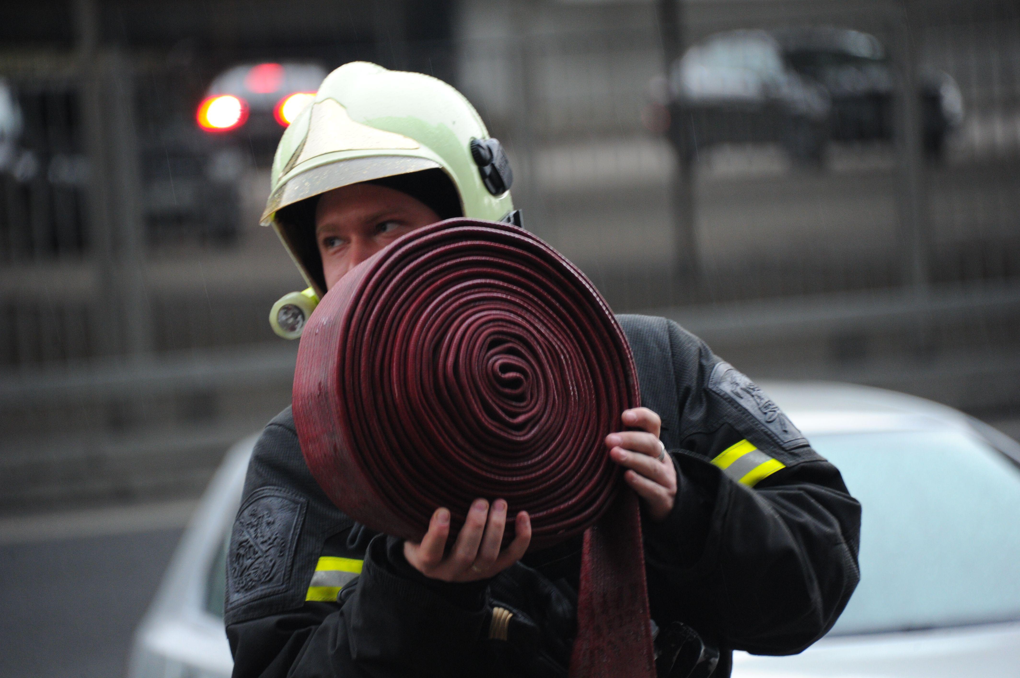 Спасатели выехали на тушение крупного пожара на юге Москвы