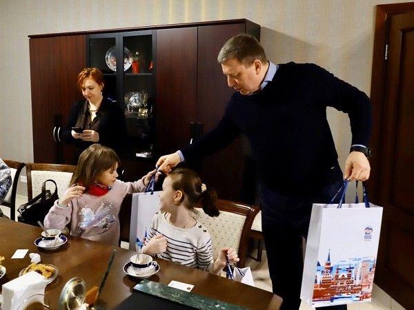 Андрей Метельский вручил подарки победителям конкурса «Игрушка на елку – 2020»