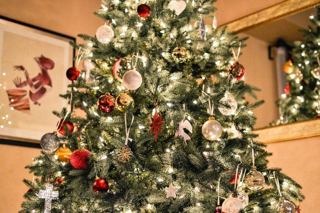 Новогоднюю ель тоже не стоит убирать до Рождества. Фото: pixabay.com