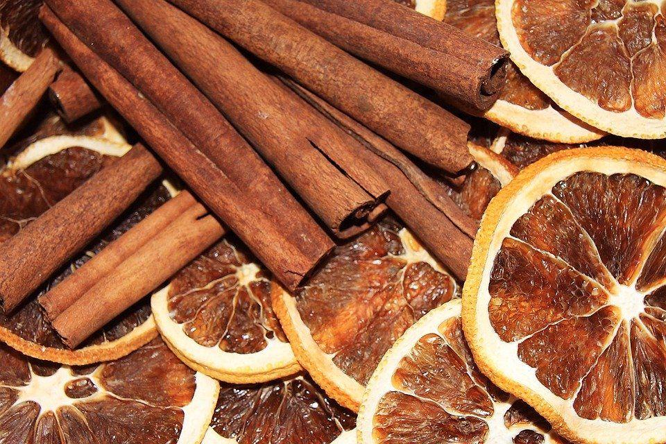 Елочные украшения из сушеных цитрусовых не только оригинально смотрятся, но и приятно пахнут. Фото: https://pixabay.com/