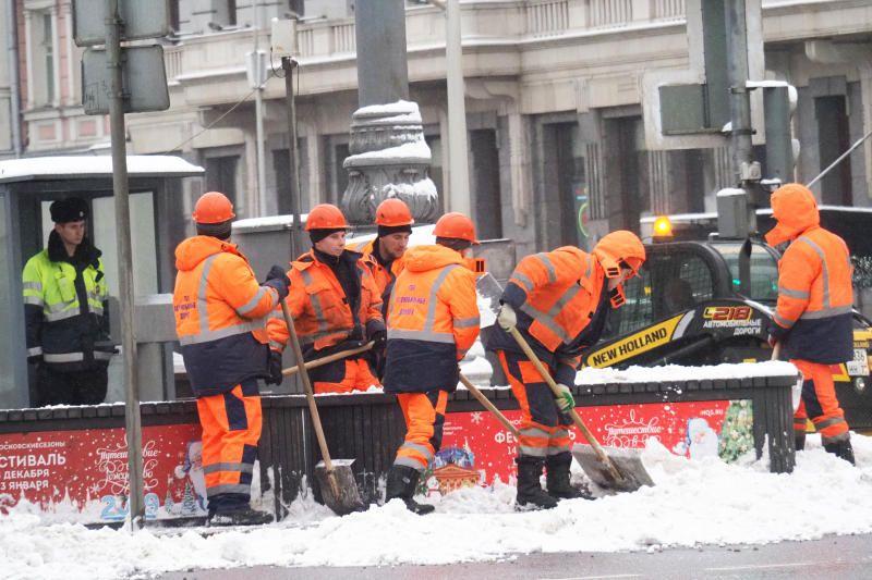 Коммунальные службы Москвы продолжают расчистку улиц от снега