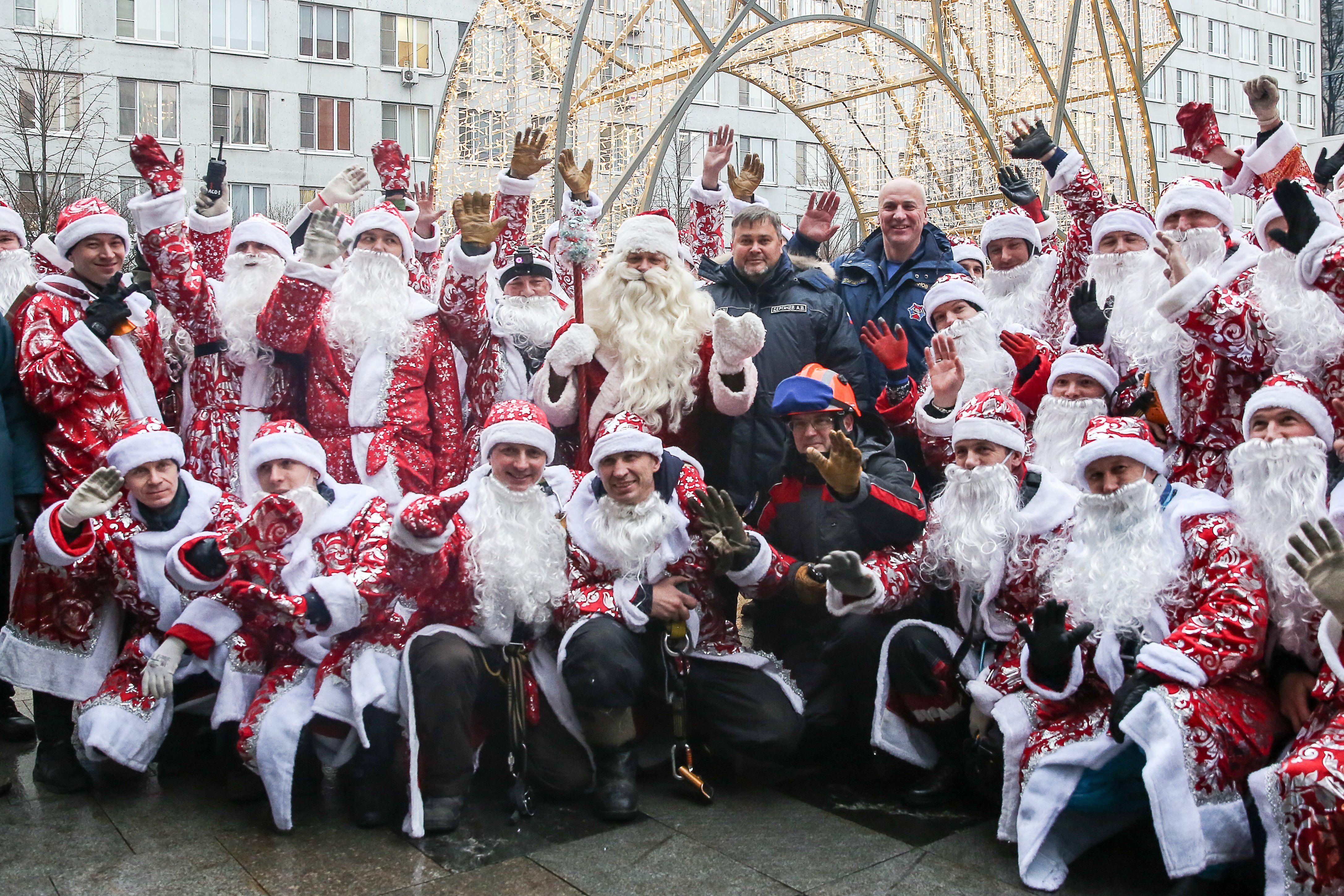 На крышу Морозовской больницы высадился десант Дедов Морозов