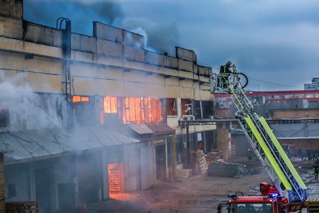 Пожар на складе тканей на Варшавском шоссе полностью ликвидирован