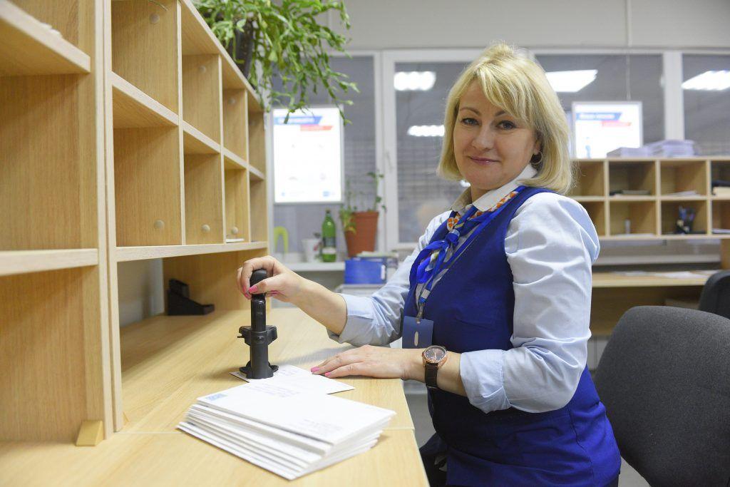 25 января 2020 года. Начальник отделения почтовой связи Елена Плетнева гасит марки. Фото: Пелагия Замятина