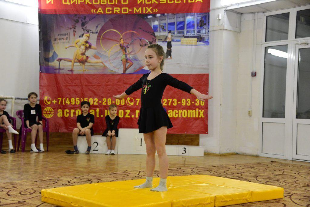 26 января 2020 года. Участница смотра циркового искусства Ксения Андрюшкина во время показательного выступления. Фото: Пелагия Замятина