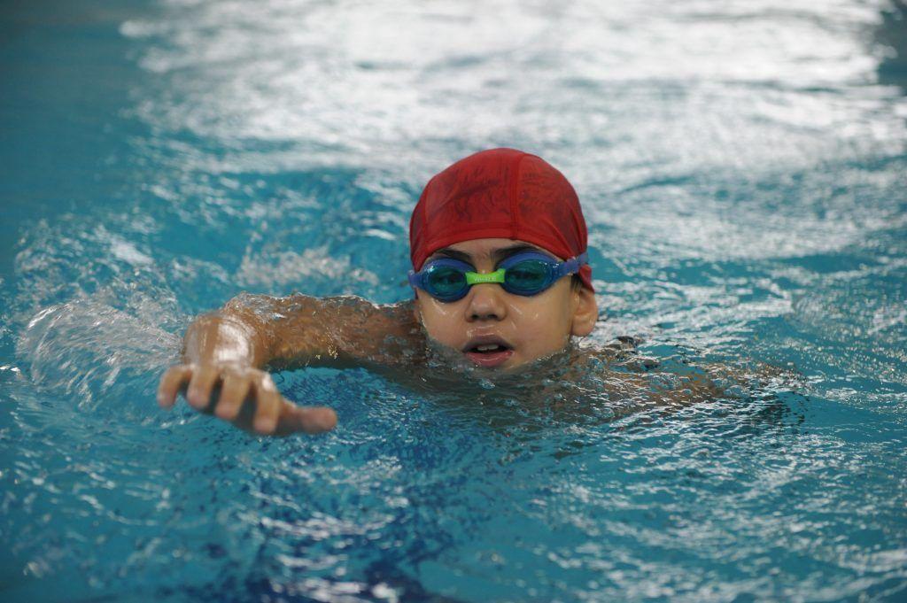 Дети учатся всем стилям плавания в спортивной школе № 42