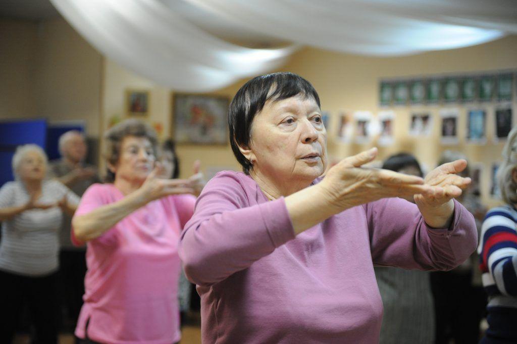 Панова Наталья (на первом плане) занимается гимнастикой цигун в рамках «Московского долголетия». Фото: Игорь Генералов