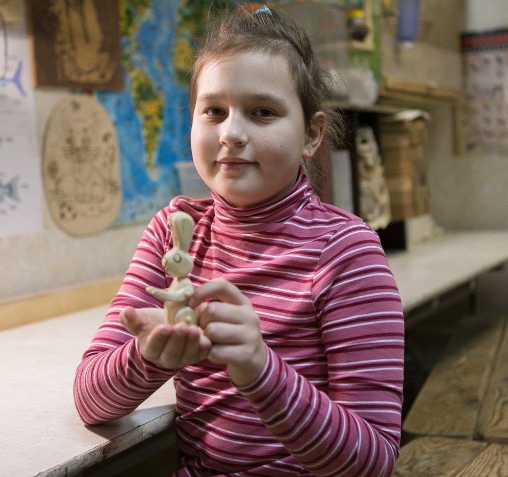 Мальчики и девочки из Нагатино-Садовников создают скульптуры из дерева