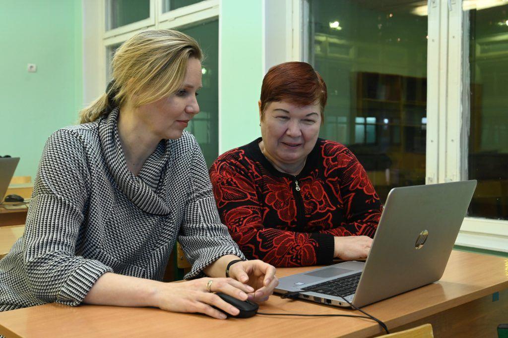 Пенсионеры осваивают работу с компьютером