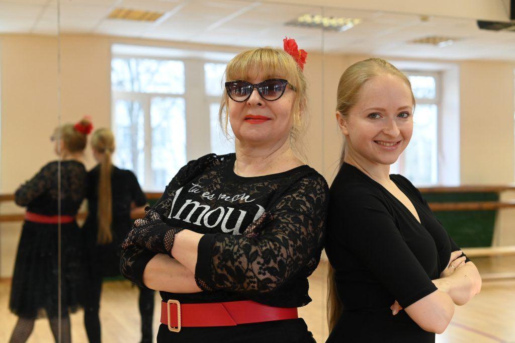 Пенсионеры Нагорного района разучивают греческий танец сиртаки