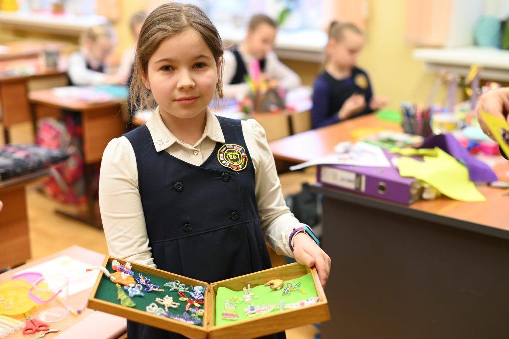 Юные жители Даниловского создают самолеты и бабочек из бисера