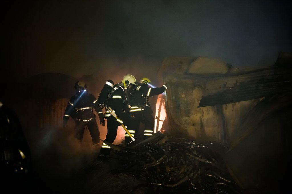 Пожарные Южного округа перед новым годом ликвидировали крупное возгорание на складе