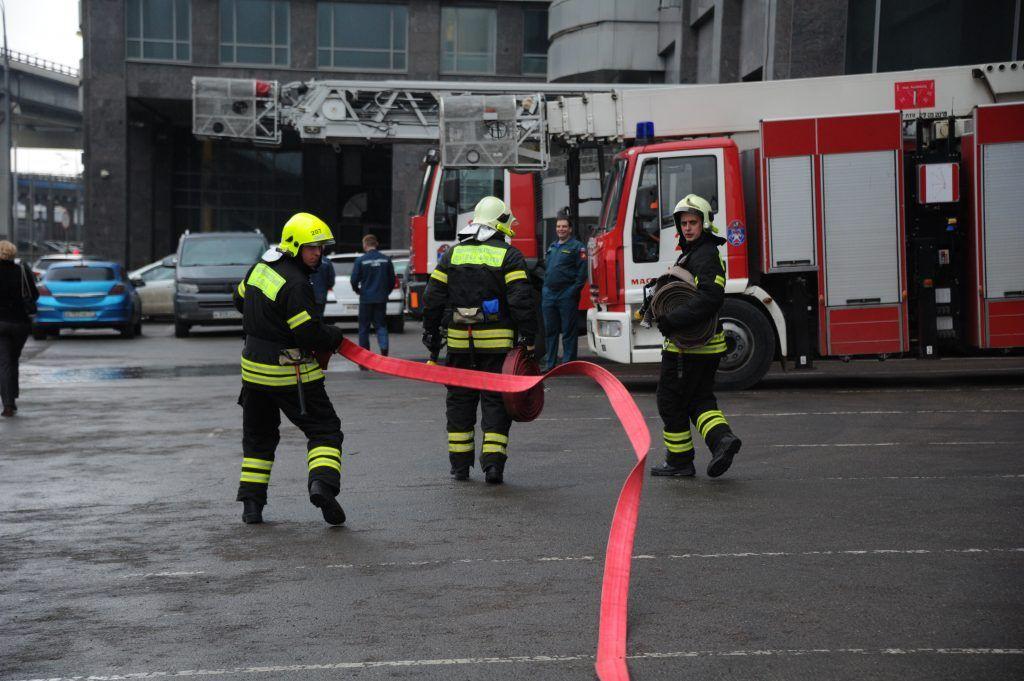 Пожарные эвакуировали 100 человек из горящей поликлиники на юго-западе Москвы