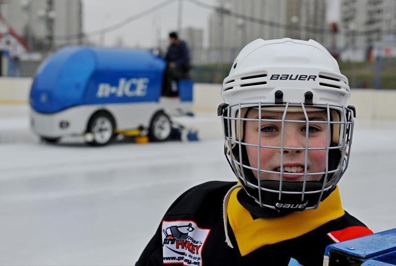 Ребята смогут сыграть в хоккей. Фото: Александр Кожохин